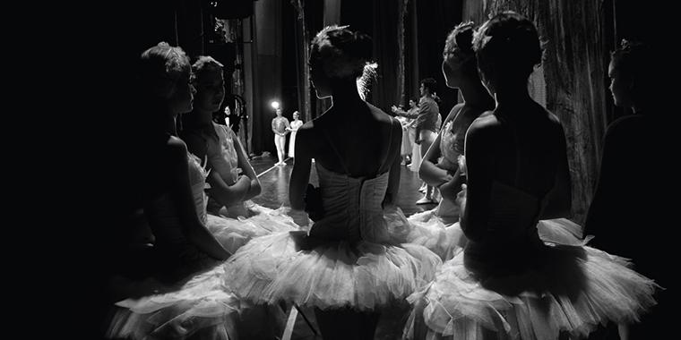 Балерины у сцены